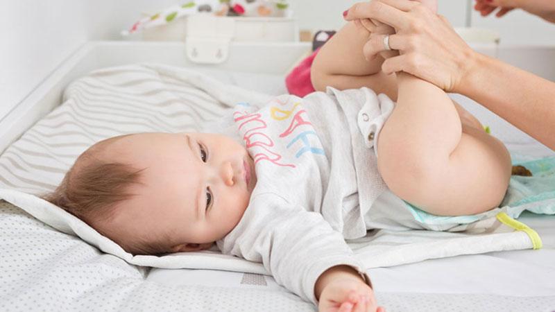 مشاهده خون در مدفوع نوزاد به چه علت است؟
